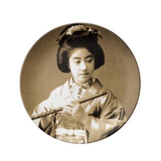 Tonad japansk Geisha för vintage som Sepia leker Porslinstallrik