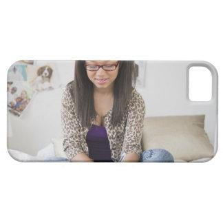 Tonårs- flicka för blandad tävling som gör läxa på iPhone 5 Case-Mate skal