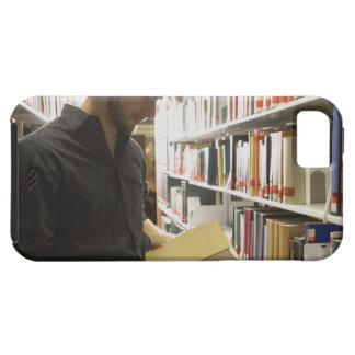 Tonårs- student i bibliotek iPhone 5 Case-Mate cases