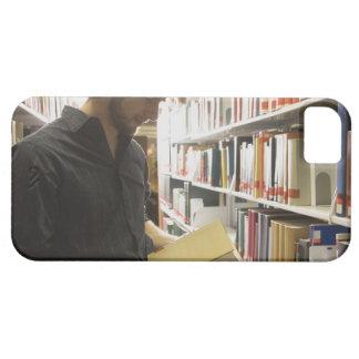 Tonårs- student i bibliotek iPhone 5 Case-Mate skydd