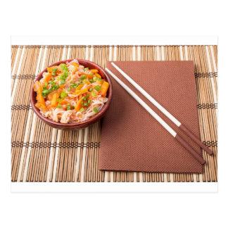 Top beskådar av en asiatisk bunke av risnudeln vykort