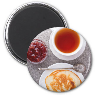 Top beskådar av en plätera av varma pannkakor med magnet