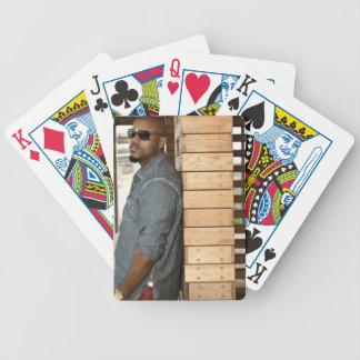 Topp- upplaga som leker kort spelkort