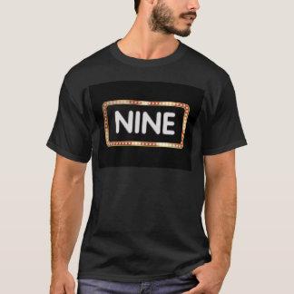 Toppen ställer ut t-shirt