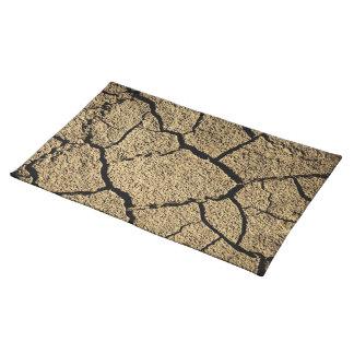 Torrt land med knäckt jord i torka bordstablett