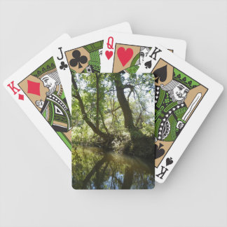 Träd som reflekterar i bäck spelkort