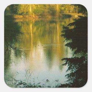 Träd som reflekterar på sjön fyrkantigt klistermärke