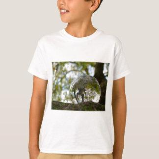 Träd som ses till och med en kristallkula tee shirts