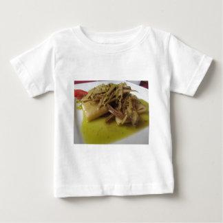 Traditionell italiensk Paccheri pasta med T Shirt