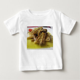 Traditionell italiensk Paccheri pasta med T-shirt