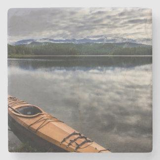Träkajak på kust av bäver sjön stenunderlägg