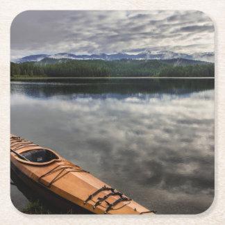 Träkajak på kust av bäver sjön underlägg papper kvadrat