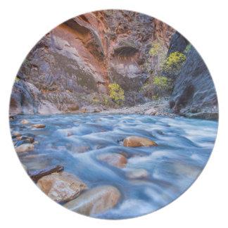 Trångt pass av den jungfruliga floden i höst 3 tallrik