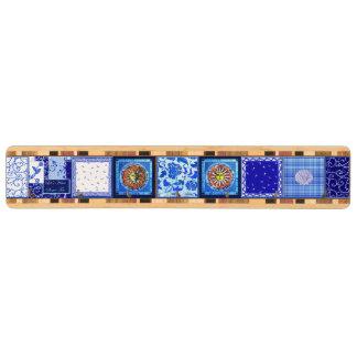 Tränyckel- kugge i blått- & vitdesign nyckelhängare av valnötsträ