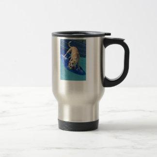 Travel mug som surfar hunden resemugg