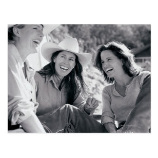 Tre cowgirls som tillsammans skrattar vykort
