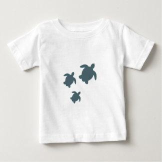 Tre havssköldpaddor som tillsammans simmar tröja