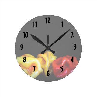 Tre längst ner habaneros avbildar rund klocka