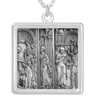 Tre plattor från biskopsstolen halsband med fyrkantigt hängsmycke