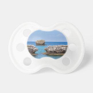Tre separata stenar som är frånlands- i havet napp