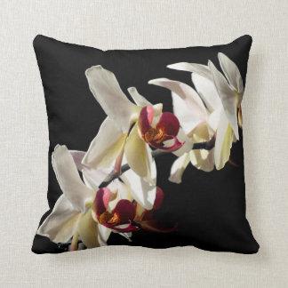 Tre vit och Burgundy Orchids fotograferar Kudde