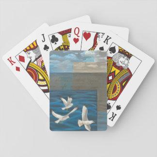 Tre vitfiskmåsar som flyger över vatten spel kort