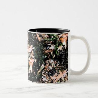 Treemo utrustar löv & muggen för kotteCamo kaffe Två-Tonad Mugg