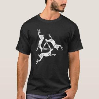 Trefaldig HareTriskele manar mörka utslagsplats T-shirts