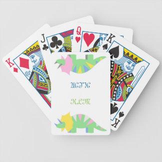 Triceratops som leker kort spelkort