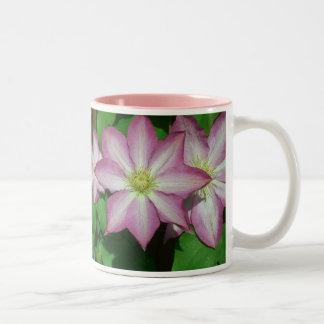 Trio av Clematisrosa- och vitvår blommor Två-Tonad Mugg