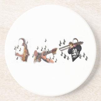 Trio musiker, abstrakt gitarr, trombone, sax, underlägg sandsten