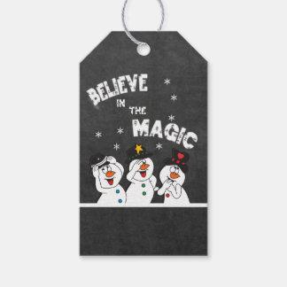 Tro i den magiska svart tavlastilen för snögubbear presentetikett