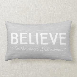 Tro i magin av jul •, grå färgmönster lumbarkudde