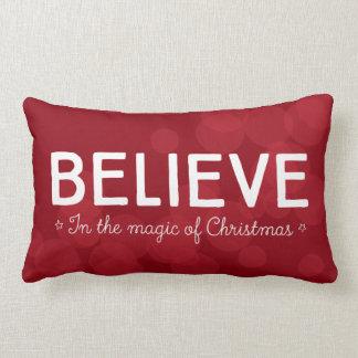 Tro i magin av jul •, röd bokeh lumbarkudde