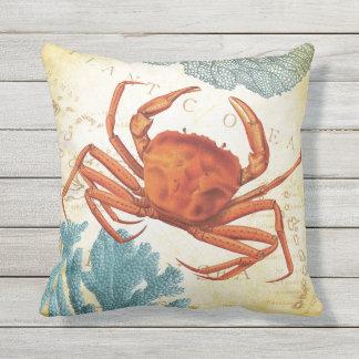 Tropisk färgrik röd krabba och korall prydnadskudde