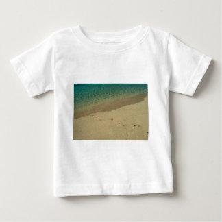 Tropisk sandig strand med fotspår tee shirts