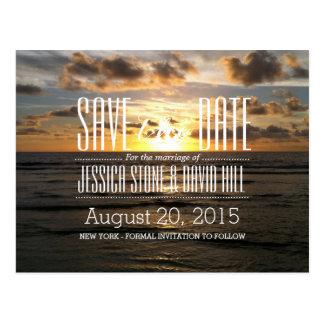 Tropisk solnedgångstrandbröllop spara datum vykort