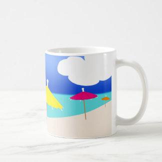 Tropisk strand med paraplyer kaffemugg