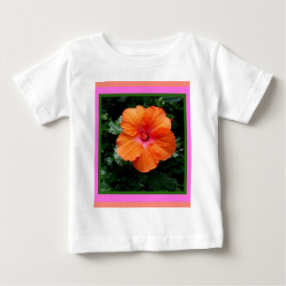 Tropiska orange hibiskusblommagåvor vid Sharles T Shirts