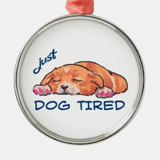 Tröttad hund julgransprydnad metall
