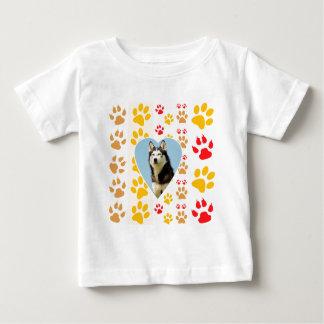 Tryck för tassar för siberian huskyhundhjärta tee shirts