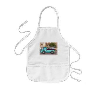 Tuff blåttbärgningsbil i gatan barnförkläde