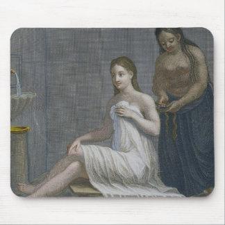 Turkisk flicka och att ha henne flätat hår i baden musmatta