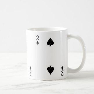 Två av spadar som leker kortet kaffemugg