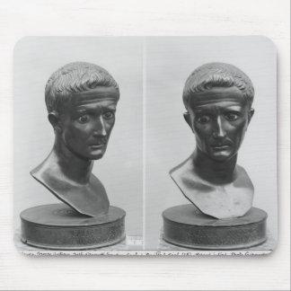 Två beskådar av en byst av kejsaren Augustus Musmatta