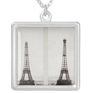 Två beskådar av konstruktionen av Eiffelen Silverpläterat Halsband
