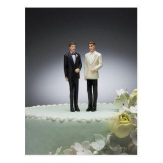 Två brudgumfigurines överst av bröllopstårta vykort