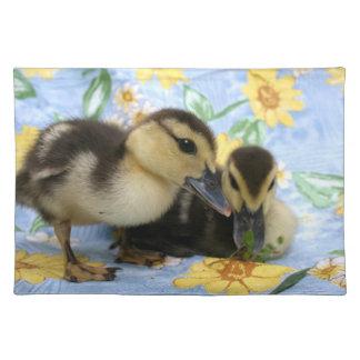 två ducklings en nära syna kamera bordstablett