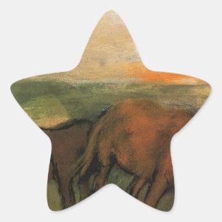 Två hästar i en beta av Edgar Degas Stjärnformat Klistermärke