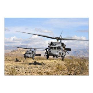 Två helikoptrar för HH-60 som Pavehawk förbereder Fototryck